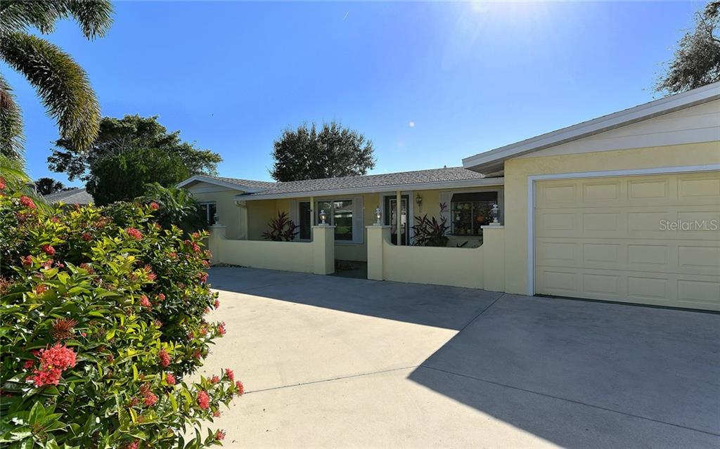 Front View - Single Family Home for sale at 1532 Shelburne Ln, Sarasota, FL 34231 - MLS Number is A4173872