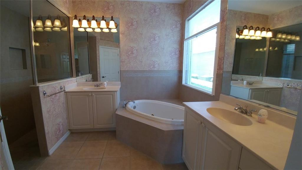 Master Bathroom - Single Family Home for sale at 7111 Sandhills Pl, Lakewood Ranch, FL 34202 - MLS Number is A4185112