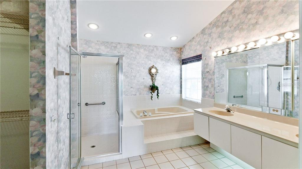 Owners retreat bath with dual sinks, garden tub & shower & walk-n closet. - Single Family Home for sale at 4517 Galloway Blvd, Bradenton, FL 34210 - MLS Number is A4187598