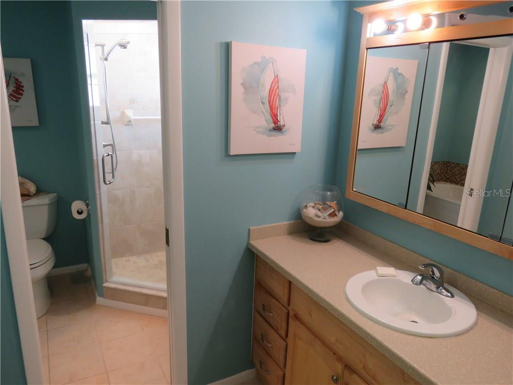Ensuite master bath includes walk-in shower. - Single Family Home for sale at 829 Harbor Dr S, Venice, FL 34285 - MLS Number is A4198898