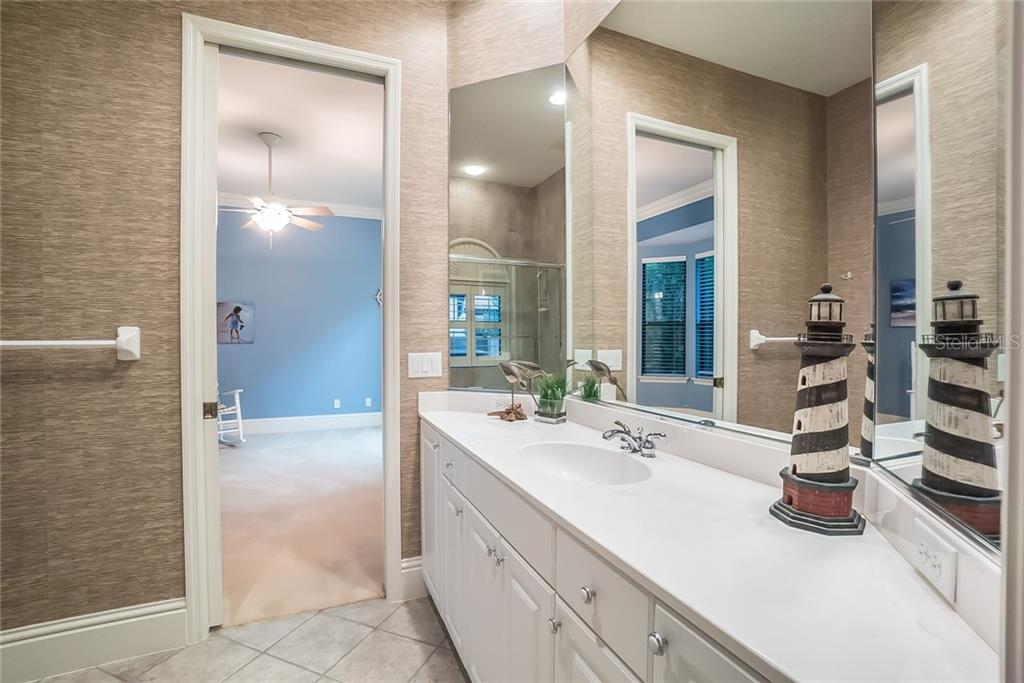 Jack & Jill bathroom with combo tub/shower in between guest bedrooms. - Single Family Home for sale at 13223 Palmers Creek Ter, Lakewood Ranch, FL 34202 - MLS Number is A4408290