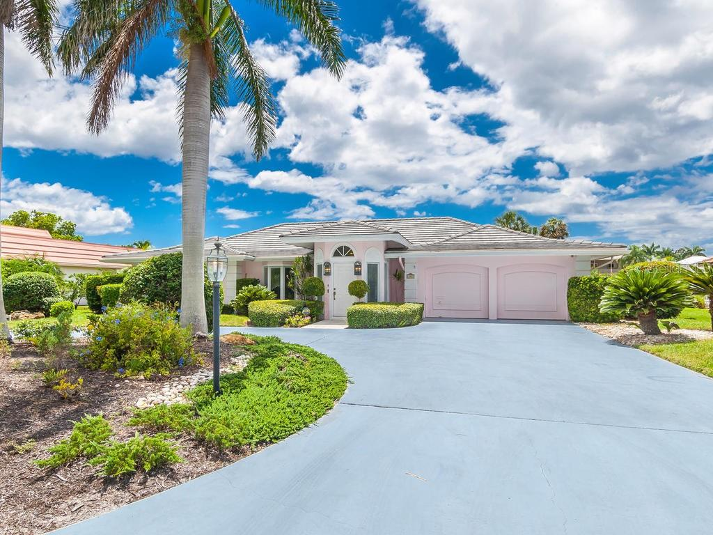 Front exterior - Single Family Home for sale at 422 Meadow Lark Dr, Sarasota, FL 34236 - MLS Number is A4410562