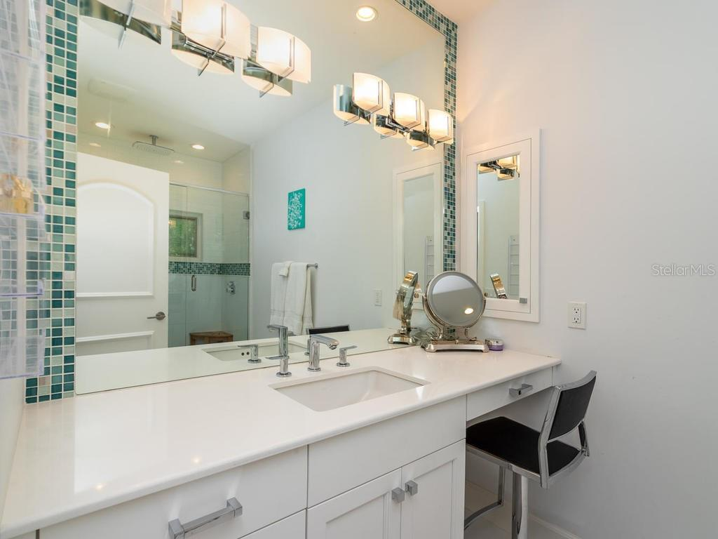 Guest bathroom - Single Family Home for sale at 425 Meadow Lark Dr, Sarasota, FL 34236 - MLS Number is A4415655