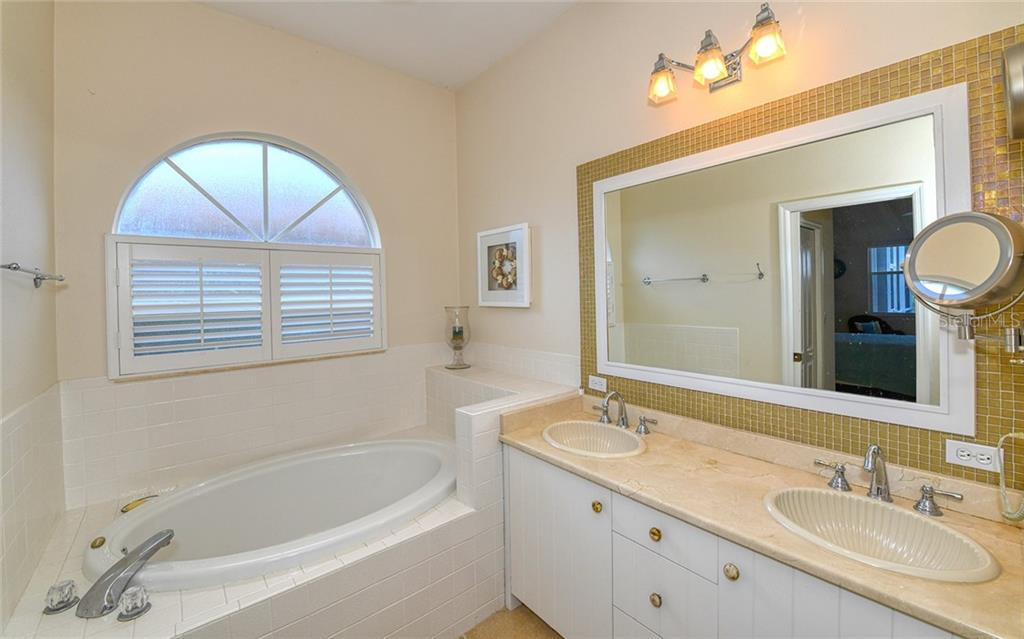 Updated master bath w/garden tub, dual sinks & separate shower - Villa for sale at 4605 Samoset Dr, Sarasota, FL 34241 - MLS Number is A4463082