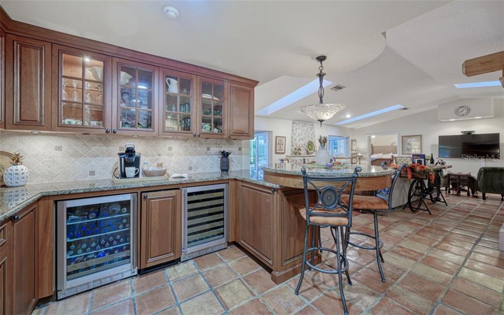 THE WET BAR & KITCHEN PENINSULA EMBRACES THE GREAT ROOM - Single Family Home for sale at 3 Winslow Pl, Longboat Key, FL 34228 - MLS Number is A4464990