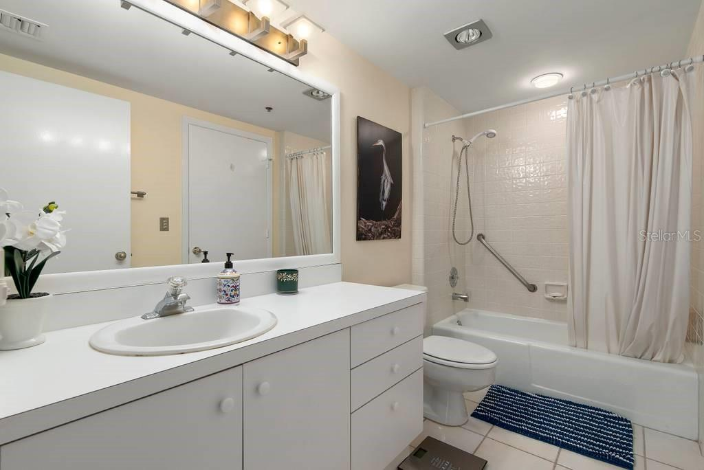 Guest Bath can be used as en-suite to the 2nd bedroom. - Condo for sale at 2016 Harbourside Dr #352, Longboat Key, FL 34228 - MLS Number is A4470767