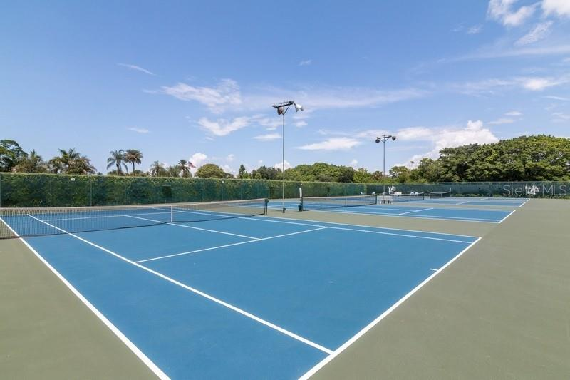 4 Lighted tennis courts. - Condo for sale at 977 Sandpiper Cir #977, Bradenton, FL 34209 - MLS Number is A4474554