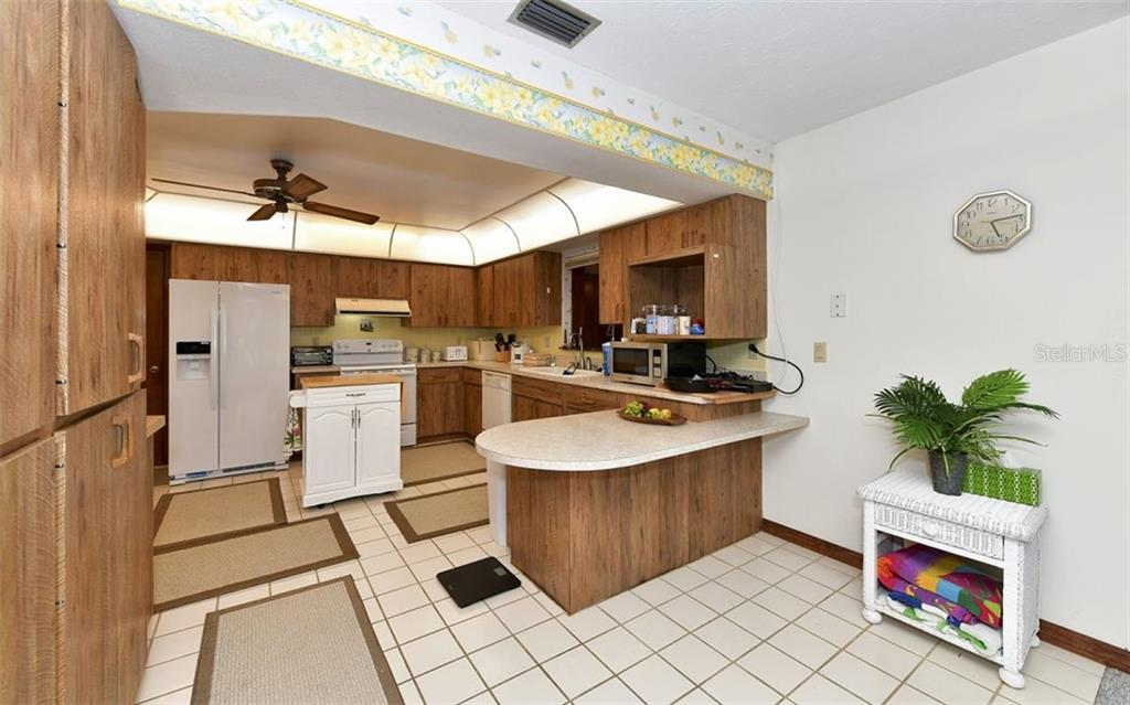 Kitchen breakfast bar and eat-in area - Single Family Home for sale at 9219 Bimini Dr, Bradenton, FL 34210 - MLS Number is A4483083