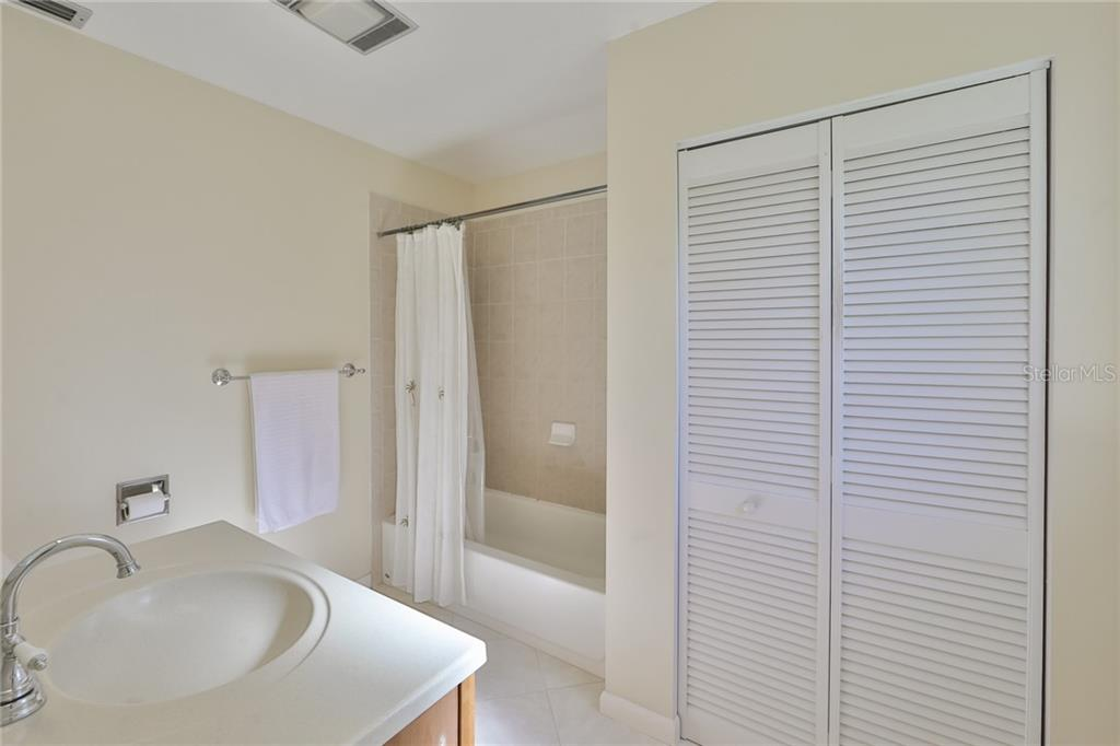 Master Bath w/Linen Closet - Single Family Home for sale at 6215 Braden Run, Bradenton, FL 34202 - MLS Number is A4484627