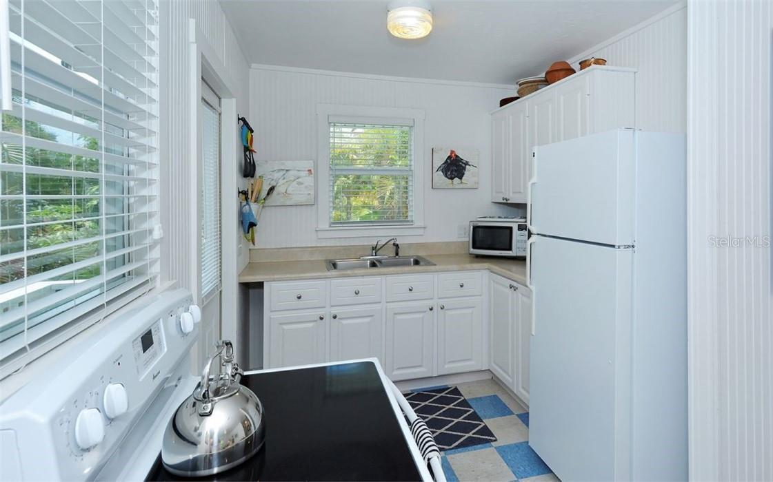 Guest house: Kitchenette. - Single Family Home for sale at 542 Ohio Pl, Sarasota, FL 34236 - MLS Number is A4488498