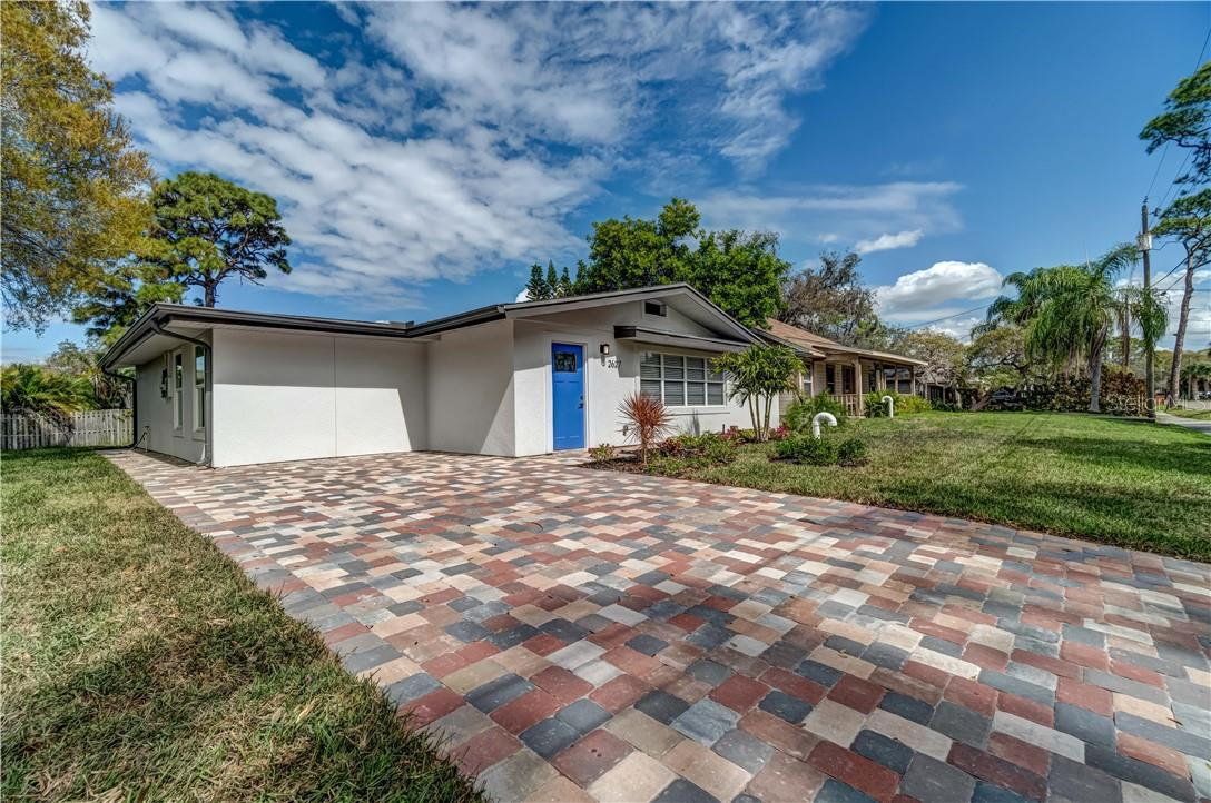 Single Family Home for sale at 2627 Oakmere Ln, Sarasota, FL 34231 - MLS Number is A4492274