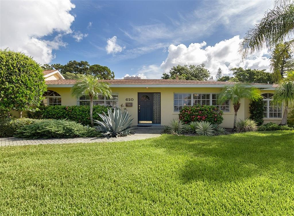 Beautiful curb appeal to this home. - Single Family Home for sale at 620 Valencia Rd, Venice, FL 34285 - MLS Number is N6100912