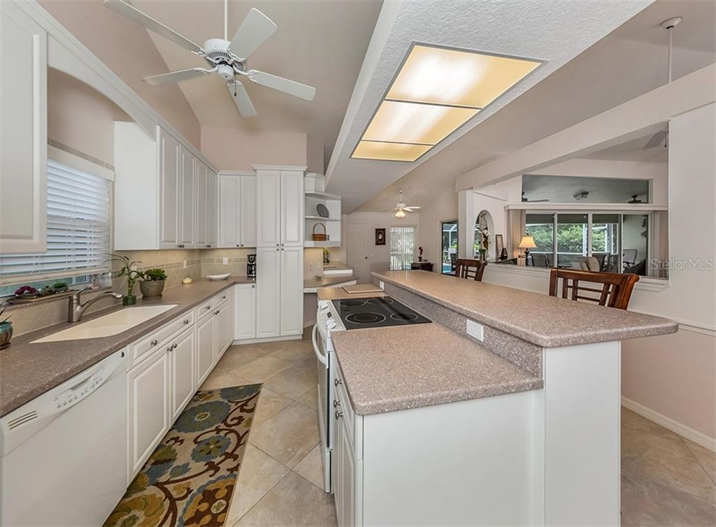 Kitchen - Single Family Home for sale at 521 Waterwood Ln, Venice, FL 34293 - MLS Number is N6107048