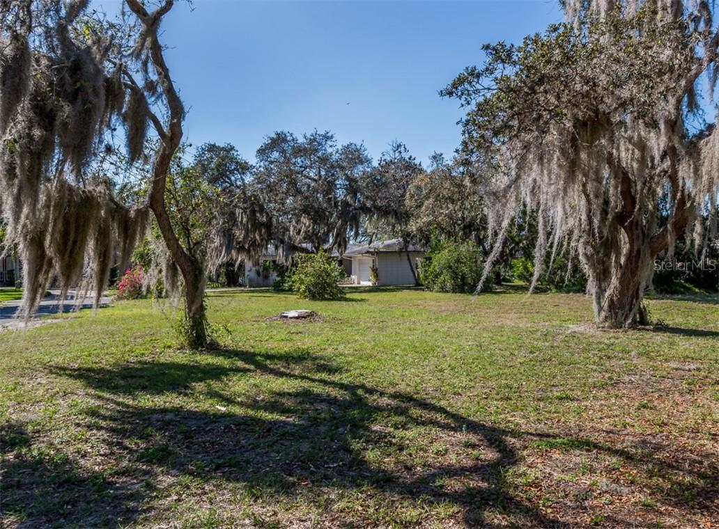Large lot - Single Family Home for sale at 915 Bayshore Rd, Nokomis, FL 34275 - MLS Number is N6109471