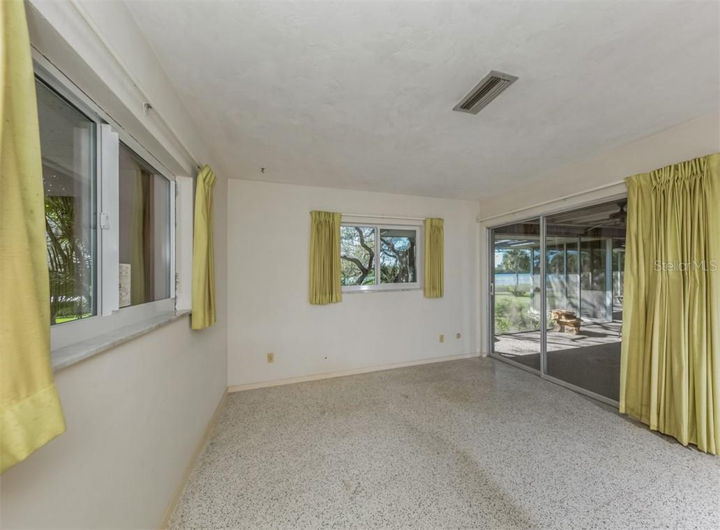 Master bedroom with sliders to lanai - Single Family Home for sale at 915 Bayshore Rd, Nokomis, FL 34275 - MLS Number is N6109471