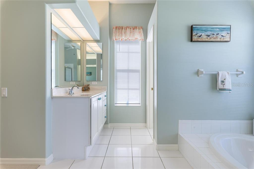 Master bathroom - Single Family Home for sale at 886 Macaw Cir, Venice, FL 34285 - MLS Number is N6111692
