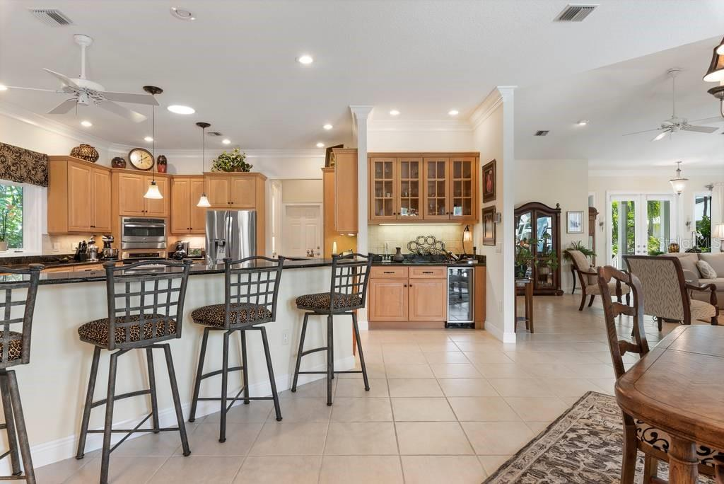 Breakfast bar, kitchen, wet bar - Single Family Home for sale at 725 Eagle Point Dr, Venice, FL 34285 - MLS Number is N6111842