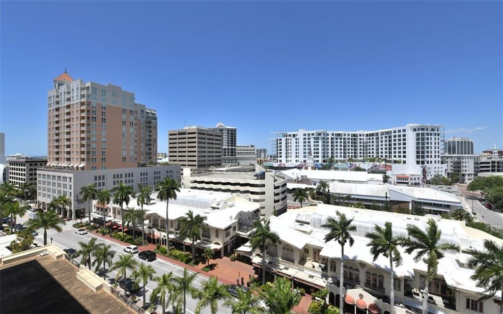 Master bath w/walk-in shower - Condo for sale at 101 S Gulfstream Ave #10e, Sarasota, FL 34236 - MLS Number is A4411807