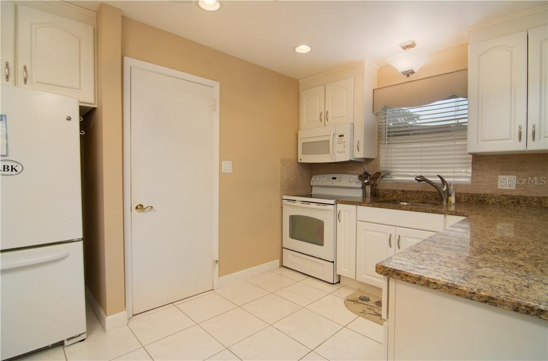 Kitchen & Breakfast Counter - Villa for sale at 4820 Gulf Of Mexico Dr, Longboat Key, FL 34228 - MLS Number is A4436854