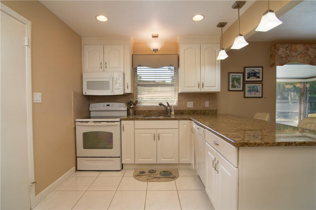 Kitchen Cabinets - Villa for sale at 4820 Gulf Of Mexico Dr, Longboat Key, FL 34228 - MLS Number is A4436854