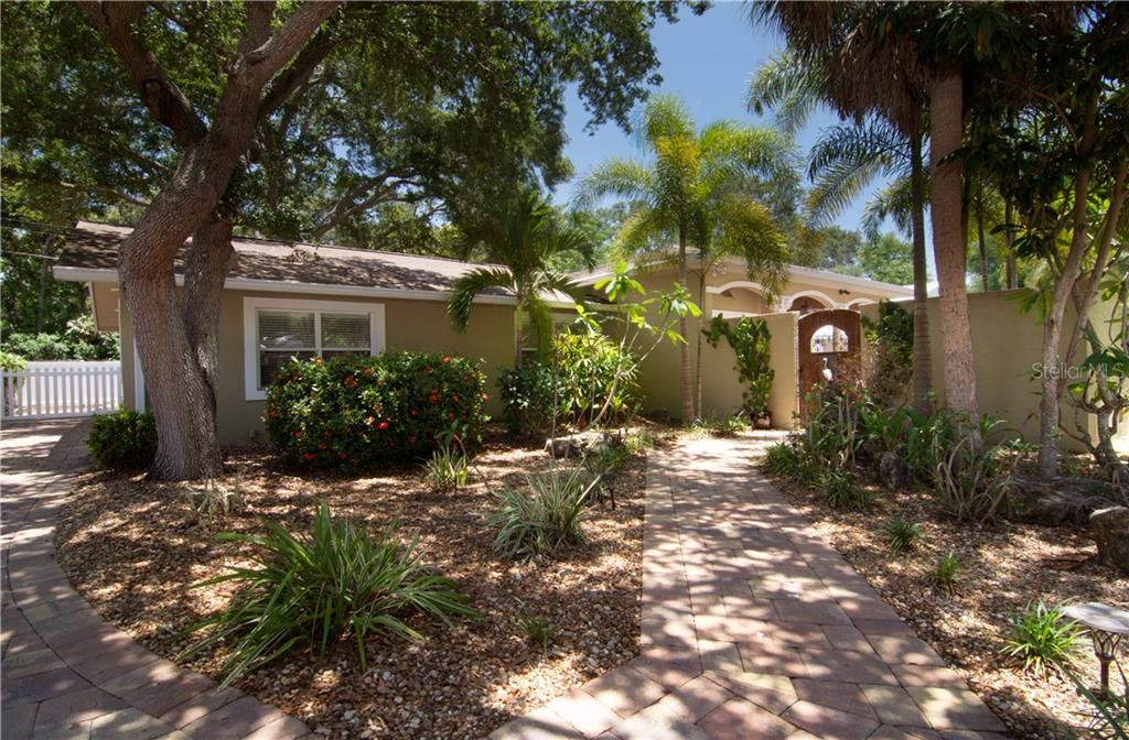 Optional HOA Assoc - Single Family Home for sale at 1015 Caloosa Dr, Sarasota, FL 34234 - MLS Number is A4437580