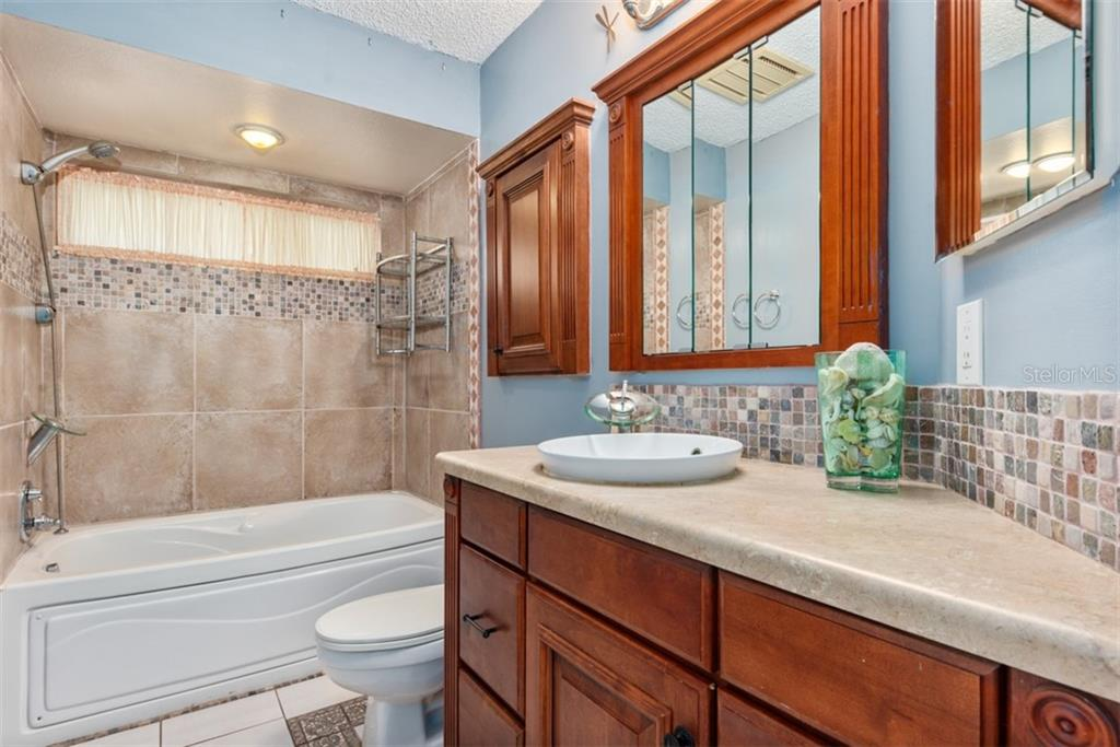 Bathroom 2 jacuzzi tub - Single Family Home for sale at 6524 Waterford Cir, Sarasota, FL 34238 - MLS Number is A4450568
