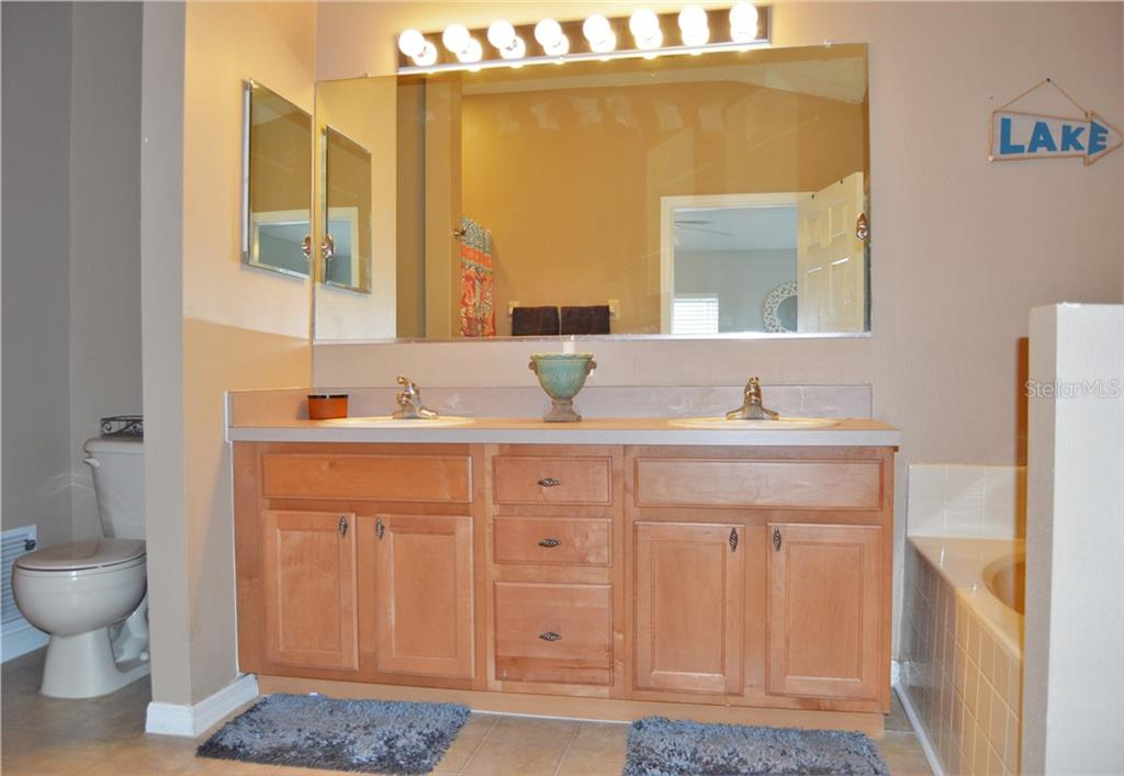 Master bathroom with double sinks, jetted garden bathtub, and separate shower - Townhouse for sale at 14831 Skip Jack Loop, Lakewood Ranch, FL 34202 - MLS Number is A4451607
