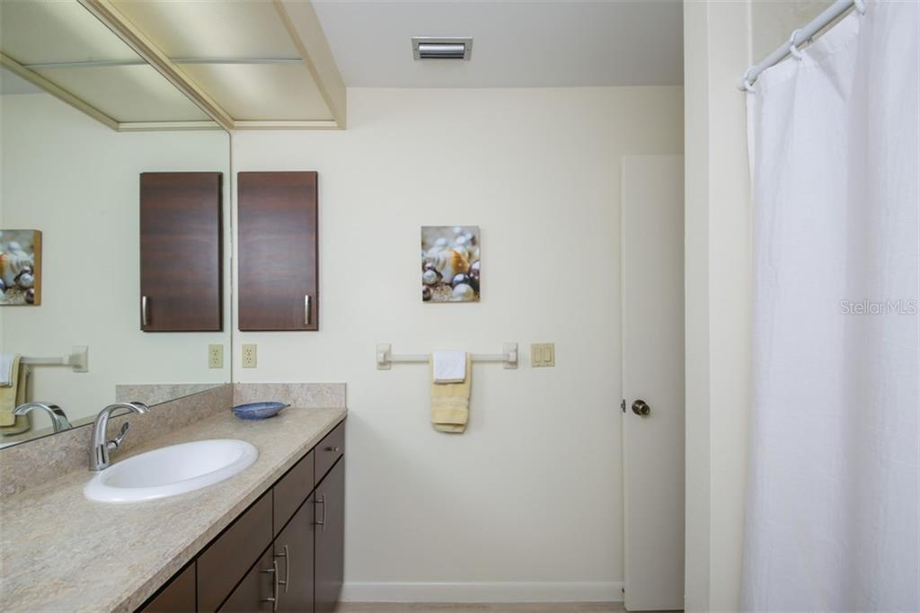 Second floor full bathroom with new vanity, fixtures and shower/tub combo. - Townhouse for sale at 5319 Huntingwood Ct #51, Sarasota, FL 34235 - MLS Number is A4460231