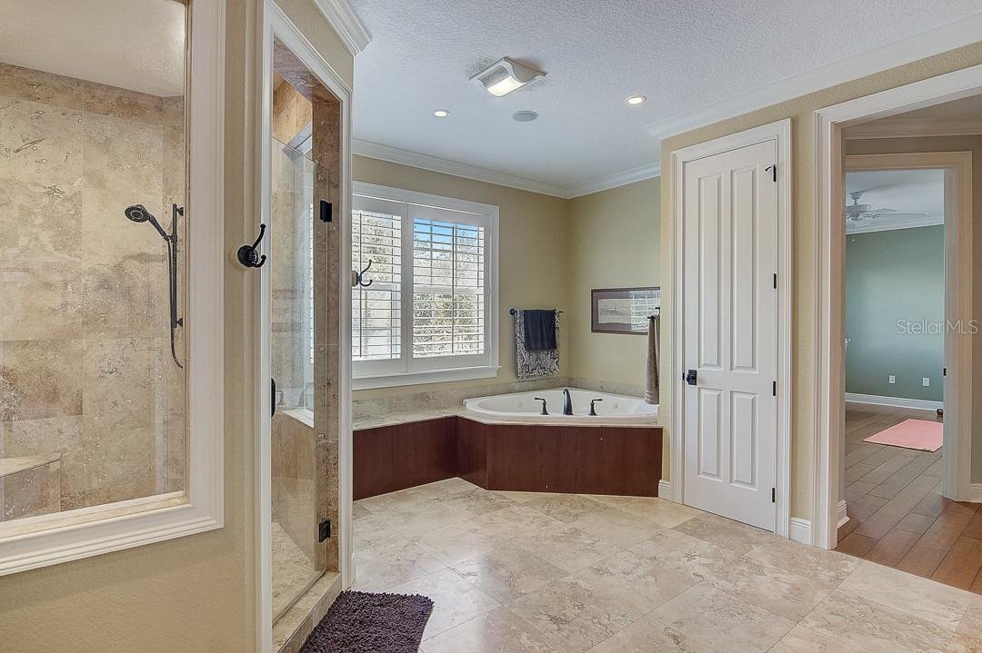 Tub with whirpool - Single Family Home for sale at 1839 Buccaneer Ct, Sarasota, FL 34231 - MLS Number is A4479580