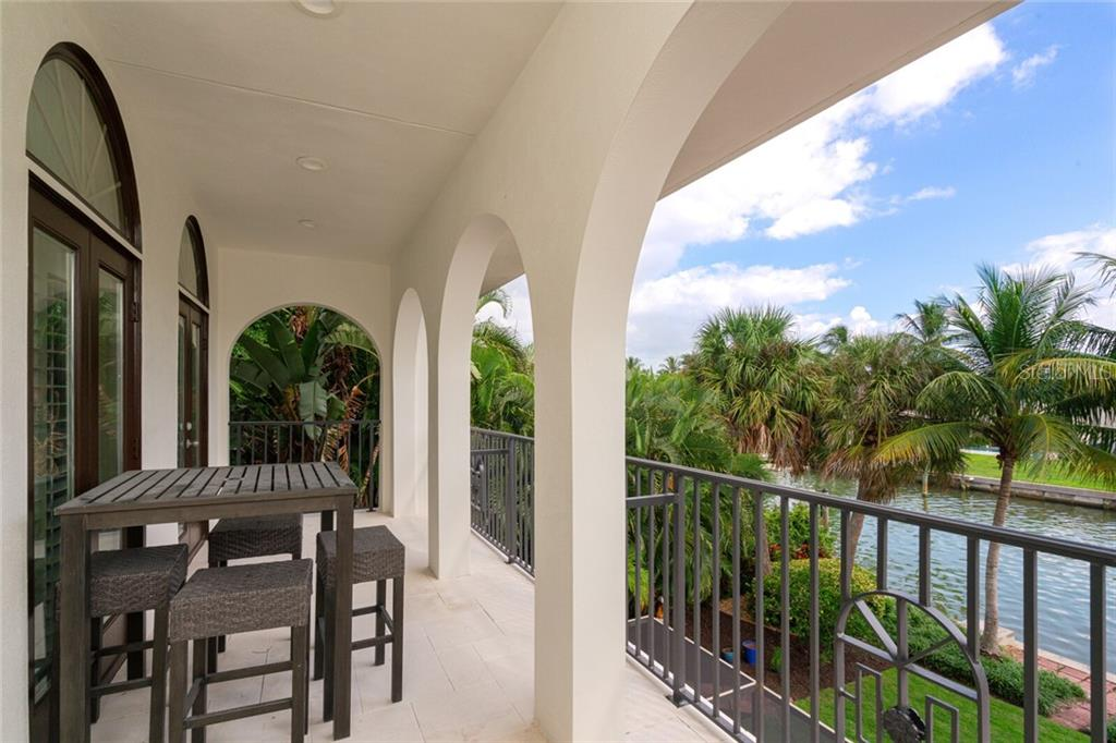 Single Family Home for sale at 110 N Warbler Ln, Sarasota, FL 34236 - MLS Number is A4481979
