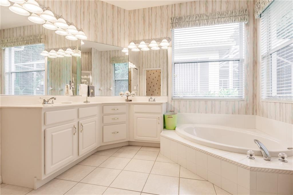 Master bath - Single Family Home for sale at 400 Pinewood Lake Dr, Venice, FL 34285 - MLS Number is N6111569