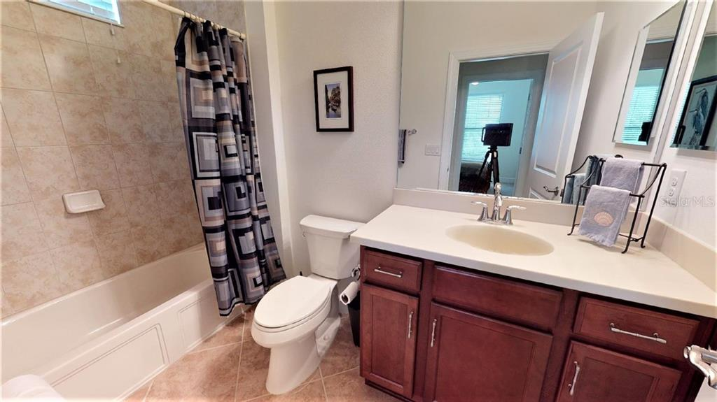 bathroom 2 with tub-shower - Single Family Home for sale at 23793 Waverly Cir, Venice, FL 34293 - MLS Number is N6112352